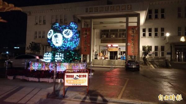 虎尾公所前廣場還有多座小型花燈。(記者廖淑玲攝)
