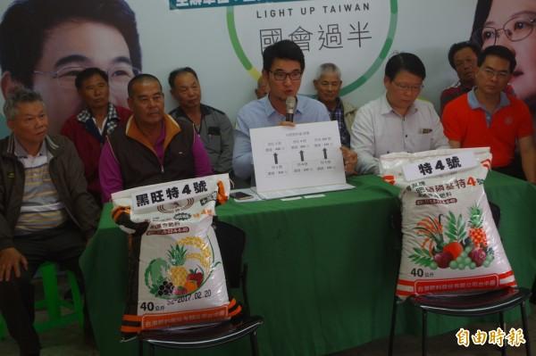 立委劉建國(中)抨擊農委會坐視肥料漲價,離農民的心愈來愈遠。(記者林國賢攝)