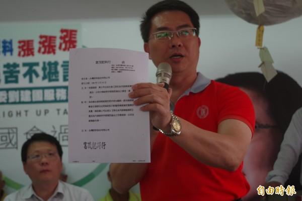 台肥出示文件指出,各地農會反應黑旺特4號肥料獲農民歡迎。(記者林國賢攝)