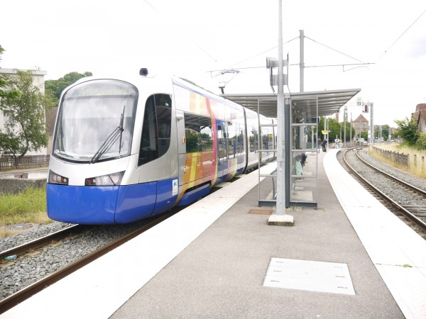 Tram-train可走傳統鐵路軌道,也能跟輕軌一樣走在路面。(圖:鐵工局提供)