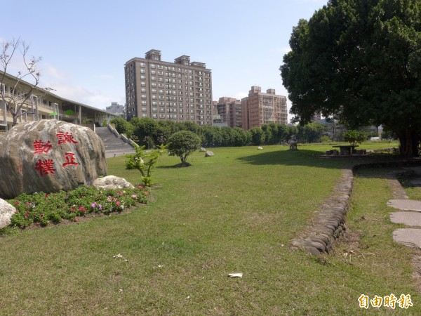 三重商工工科大樓前大草坪占地面積達1.2公頃。(記者李雅雯攝)