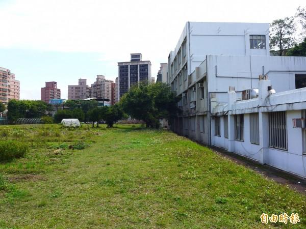 三重商工工科大樓前的大草坪和旁邊校舍。(記者李雅雯攝)