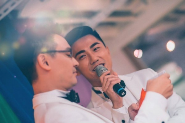 民視的節目主持人夏立民已與同志伴侶舉行婚禮、公開宴客,但法律上,他們兩人仍然是陌生人。(圖擷取自夏立民臉書頁)