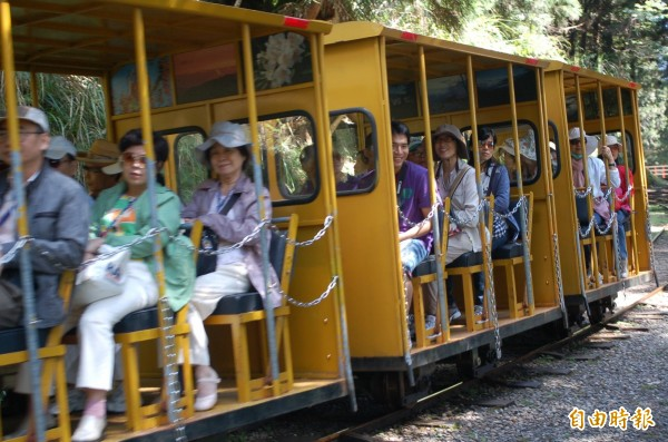 蹦蹦車行駛期間幾乎班班客滿。(資料照,記者江志雄攝)