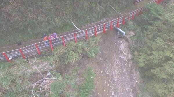 蘇迪勒及杜鵑颱風造成蹦蹦車軌道邊坡崩塌。(記者江志雄翻攝)