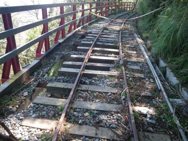 蹦蹦車鐵道遭颱風侵襲受損。(記者江志雄翻攝)
