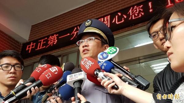 北市警忠孝東路派出所長林俊燁澄清網路謠言。(記者劉慶侯攝)