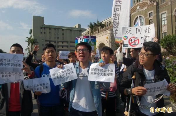 由台大等10多個大學學生組成的「學生促進婚姻平權聯盟」,今到司法院前表達訴求,期許立院應儘速修改民法,落實婚姻平權。(記者楊國文攝)