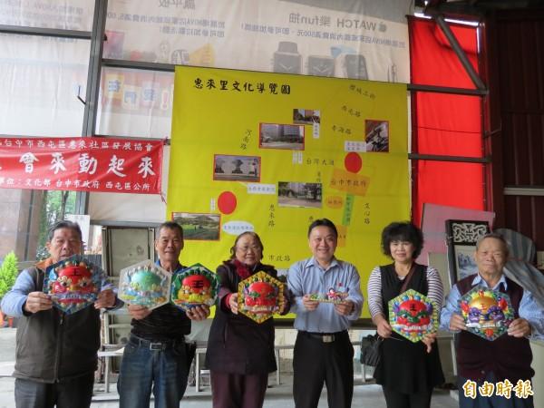 中市惠來社區號召社區民眾繪獅頭、黏古井,要一起懷舊。(記者蘇金鳳攝)