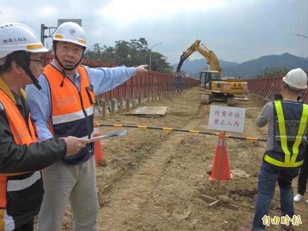 新北捷運局長趙紹廉(左二)現場說明安坑輕軌線施工進度。(記者翁聿煌攝)