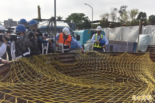 捷運三鶯線正在進行道路中的井基工程。(記者翁聿煌攝)