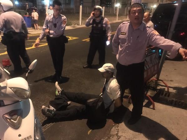 王姓男子與泰籍女子性交易,事後涉嫌搶奪泰女皮包,遭警民壓制在地。(記者黃旭磊翻攝)