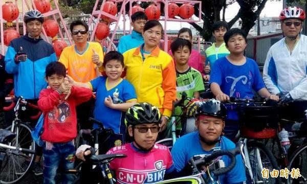 下營區公所與下營社區今天舉辦「運動i臺灣,下營樂活單車消遙遊」活動,親子一同參加單車踏青。(記者楊金城攝)