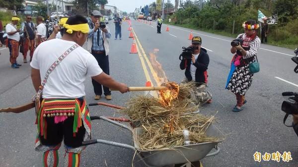卡大地布族人將象徵中國歷代政權的稻草人「斬首」示眾,就地焚燒。(記者陳賢義攝)
