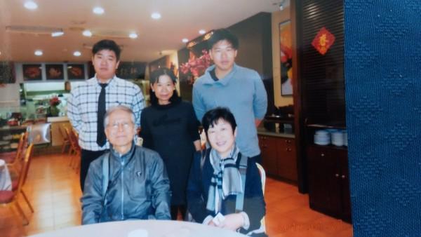天野朝夫夫婦(前座)與阿霞飯店第二、三代合照。(天野朝夫提供)