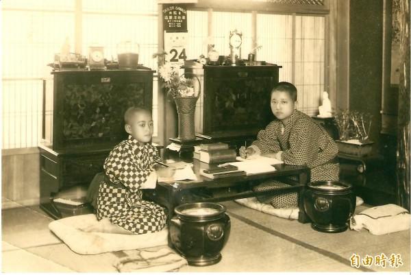 鶯料理老照片,圖為天野朝夫的父親天野久夫(左),右為伯父天野彥一郎(右)小時合照。(天野朝夫提供)