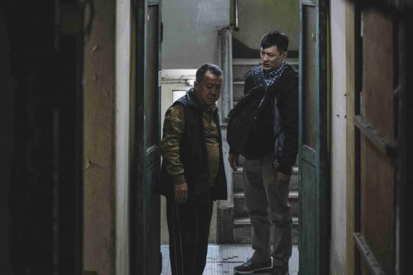 余文樂(右)和曾志偉在《一念無名》有精采動人的父子對手戲。(甲上娛樂提供)