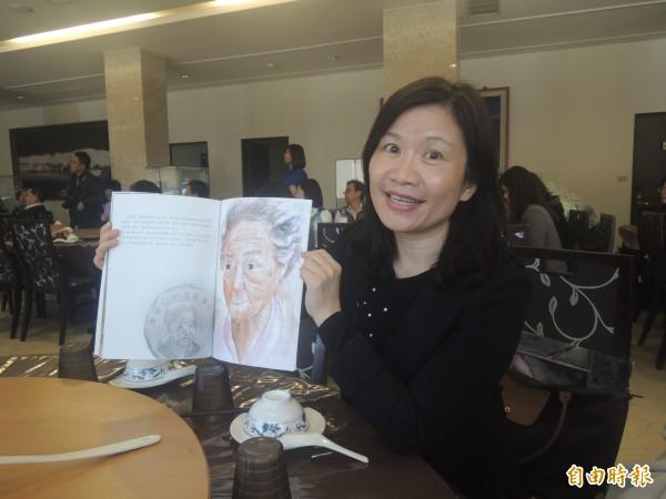 吉貝國小校長張素紋,以十元阿嬤故事繪製成鄉土教材。(記者劉禹慶攝)