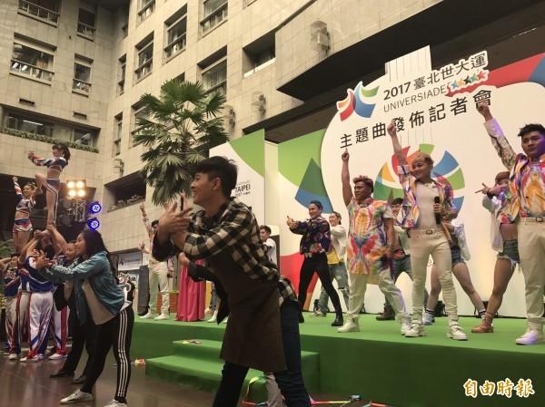 世大運執委會今下午召開記者會,表演主題曲〈擁抱世界擁抱你〉,並宣佈KKBOX即日起上線。(記者何世昌攝)