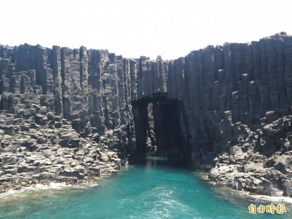 依照新修正文資法規定,擅闖西吉嶼藍洞最高可罰2千萬元。(記者劉禹慶攝)