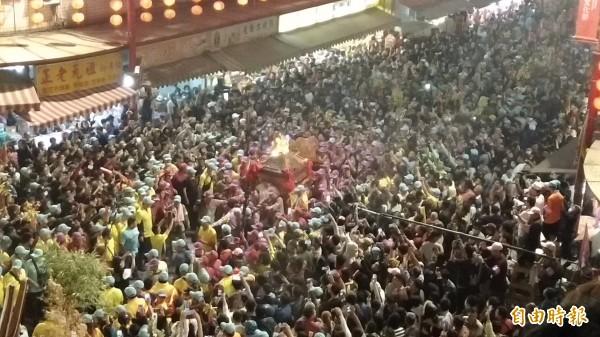 大甲媽鑾轎在萬千信徒簇擁下,進入新港奉天宮駐駕。(記者曾迺強攝)
