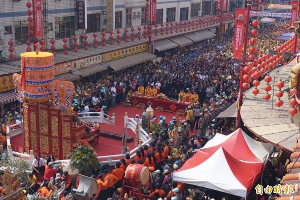 參與祝壽大典的信徒擠滿廟前中山路、新民路,場面盛大。(記者曾迺強攝)