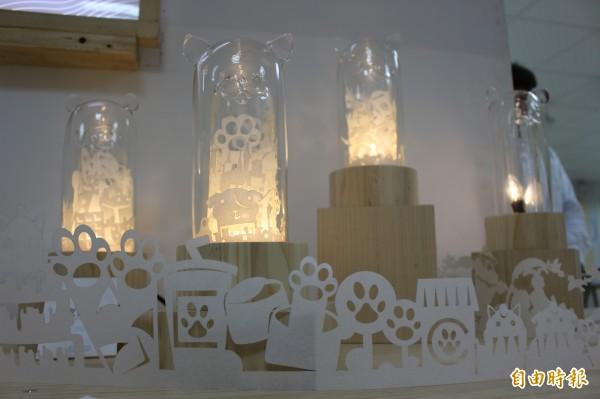 玻璃燈具的光源,象徵黑暗中引領已逝寵物迎向另一個國度。(記者張聰秋攝)