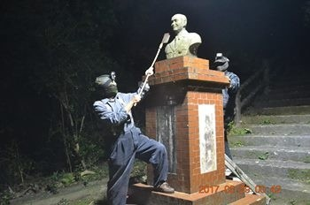 兩名男子將內湖安聖宮的蔣像斬首。(翻攝自臉書)