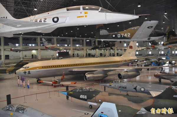國防部8億元打造的「航空教育展示館」,號稱是亞洲首座懸吊國寶級戰機展示館。(記者蘇福男攝)