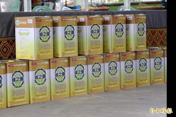 4月開始,每個據點每月都會收到18公升大桶沙拉油。(記者邱芷柔攝)