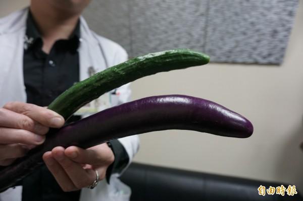 陰莖勃起如小黃瓜,骨折後瘀血變形,疼痛不堪,發青腫成2倍大如茄子。(記者蔡淑媛攝)