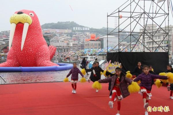 慶祝兒童藝術節,基隆海洋廣場清明連假每天都有藝文活動演出。(記者林欣漢攝)