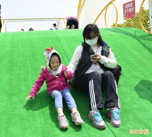 竹市一年一度兒童藝術節「風的運動場」今天在樹林頭公園舉行開幕式,家長紛紛換上輕便服裝與運動鞋,帶領小朋友體驗五大遊具。(記者王駿杰攝)