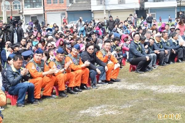 林智堅(左六)說,兒童藝術節共有5區大型遊具,所有遊具和舞台設計都按照新竹風的意象規劃。(記者王駿杰攝)