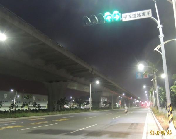 台中市傳統水銀路燈(圖)已全數汰換為LED路燈。(記者黃鐘山攝)