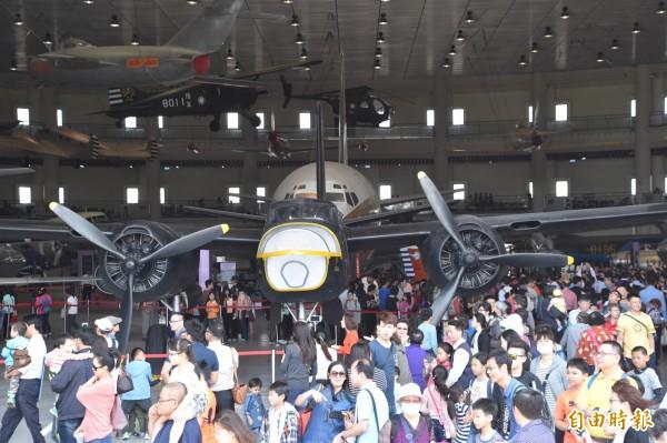岡山航空教育展示館今天熱鬧開張,大批民眾扶老攜幼爭睹軍戰機。(記者蘇福男攝)