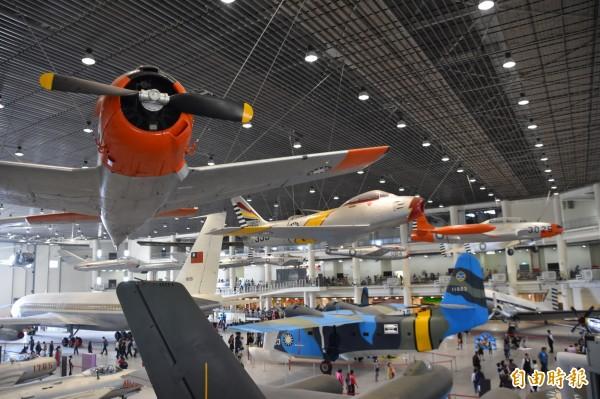 「航空教育展示館」有19架飛機懸吊在空中,是亞洲首座懸吊國寶級戰機展示館。(記者蘇福男攝)