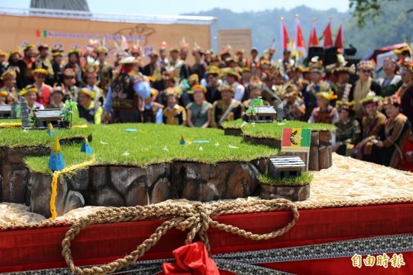 活動現場也以展示了魯凱族傳統領域模型,宣示族群的領域範圍。(記者邱芷柔攝)