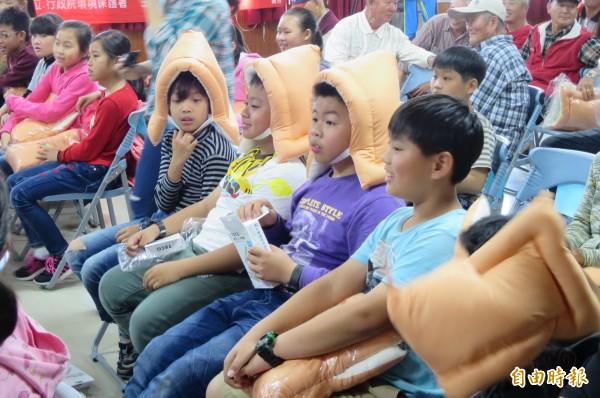 學童試戴防災頭套。(記者楊金城攝)