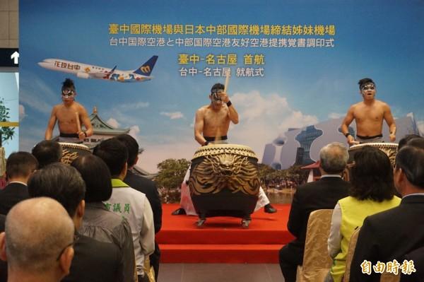 台中國際機場與日本名古屋中部國際機場締結姐妹機場,請來九天民俗技藝團表演開場。(記者歐素美攝)