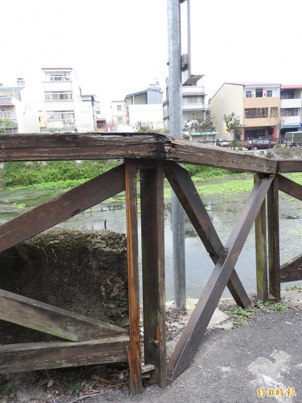 杷城排洪道旁的「順騎自然」自行車道,部分木造欄杆已腐朽破損,有待整修。(記者佟振國攝)