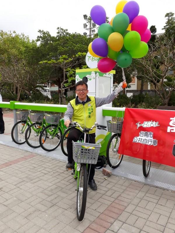 台南市議員呂維胤擔任南區T-BIKE的一日代言人,拿起氣球象徵南區觀光起飛。(記者王捷翻攝)