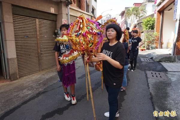 城西社區發展協會今舉行「鳳萊市」開市踩街活動。(記者林敬倫攝)