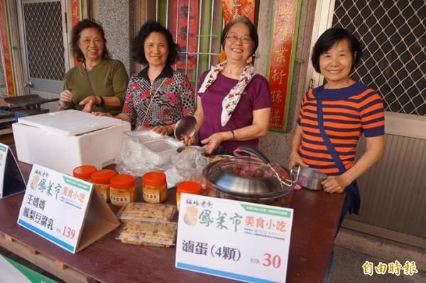 頭城老街百年前「鳳萊市」開張,販賣在地古早味,也讓在地人及遊客可以更貼近頭城居民百年所累積的生活況味。(記者林敬倫攝)