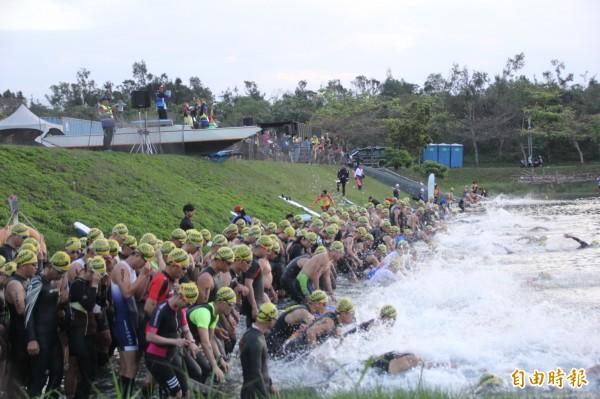 台東普悠瑪鐵人三項競賽今天在活水湖舉辦。(記者黃明堂攝)