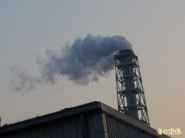 環保人士認為,五輕關場後,台塑仁武廠工廠群仍造成PM2.5污染。(記者黃旭磊攝)