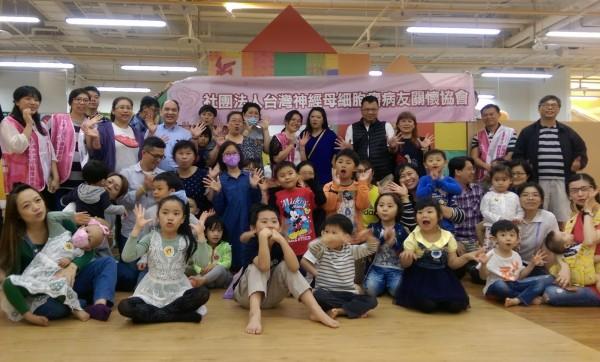 信誼基金會與台大醫院、台灣神經母細胞瘤病友關懷協會等合作,替30多名罕見疾病兒童舉辦室內派對,透過專屬空間加上醫師陪同,讓這群病友及親屬同歡。(信誼基金會提供)