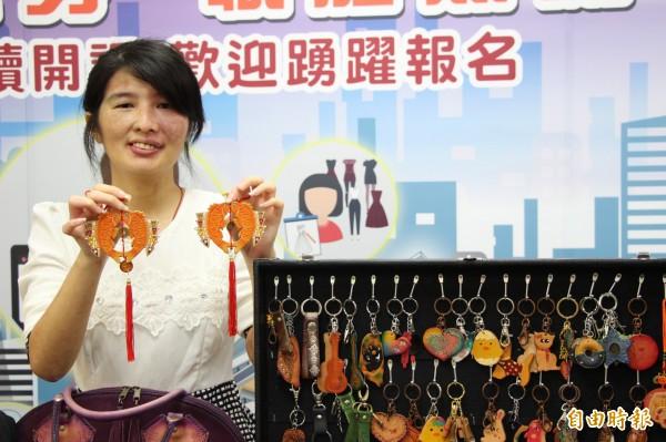 輕度身心障礙者「小廷」自行創業擺攤販售自創皮製商品,月收入達3萬元。(記者王涵平攝)