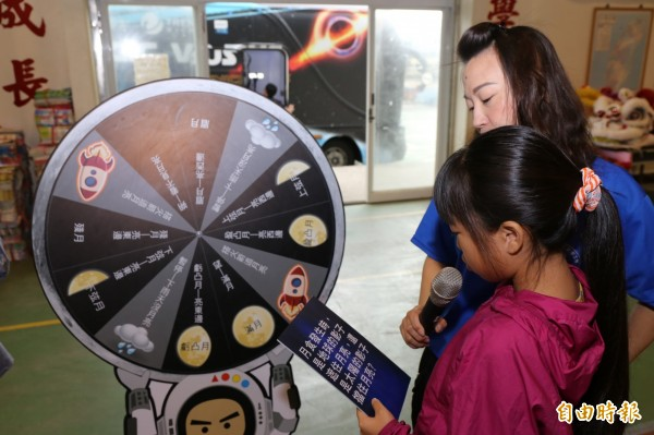 多個愛心團體聯手送愛偏鄉小校,鯤鯓國小學童在魔法VR巴士接觸新科技,驚嘆聲不斷,直呼真奇妙。(記者王涵平攝)