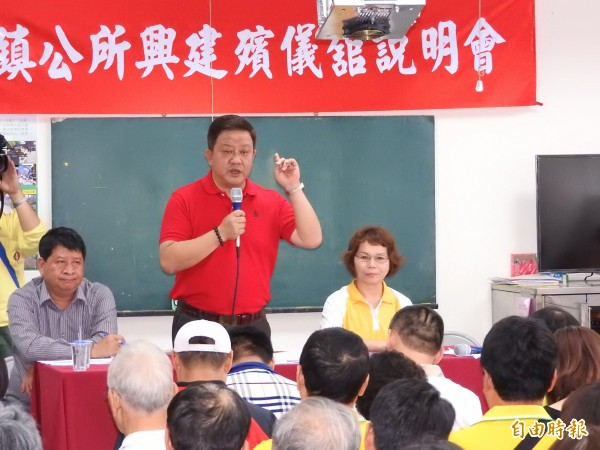 埔里鎮長周義雄親自說明地方需要設置殯儀館的原因及評估在第七公墓興建的過程。(記者佟振國攝)
